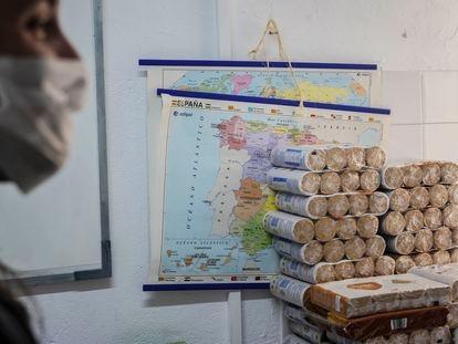 Comida almacenada en un aula de la asociación de vecinos de Lucero, en el distrito de Latina.