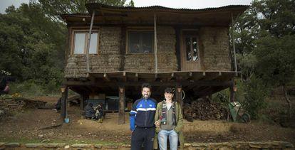 Juan Jesús Pérez y María Puente, vecinos denunciados por la construcción de una casa edificada en El Calabacino, una aldea de Alájar (Huelva)