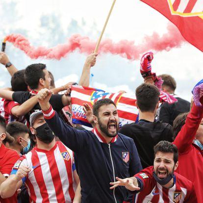 La afición del Atlético de Madrid celebra el primer gol del equipo en los alrededores del estadio José Zorrilla de Valladolid.
