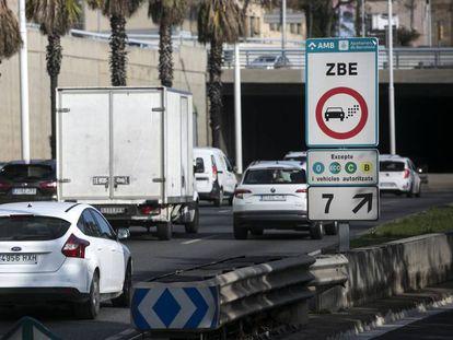 Vehículos circulan por la Zona de Bajas Emisiones en Barcelona.