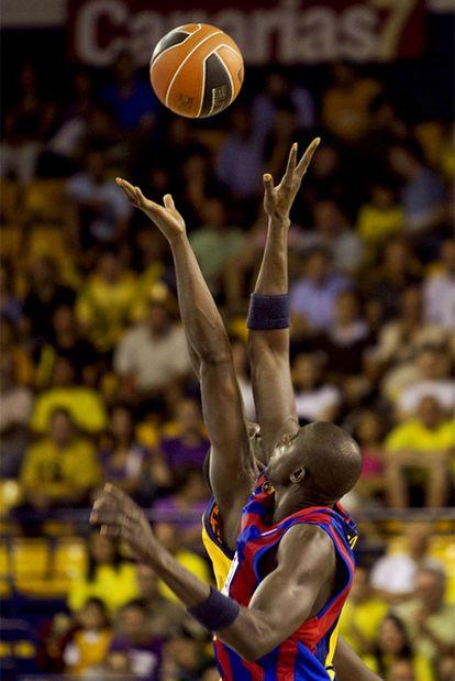 Boniface Ndong, del Regal Barcelona, lucha con Sitapha Savane, del Gran Canaria.