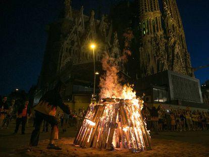 Una foguera de Sant Joan a Barcelona.
