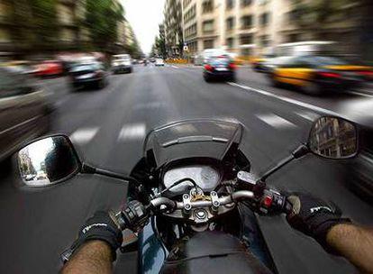 Los moteros se defienden: toda la culpa de los accidentes, dicen, no es de ellos. Coches y motos han de aprender a convivir en la carretera.