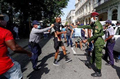 Policías arrestan a un hombre que participaba en una manifestación en una calle en La Habana el pasado domingo.
