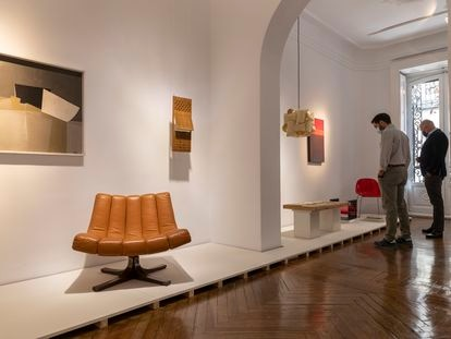 Butaca 'Biosca', creada por el arquitecto Javier Carvajal para el pabellón de España en la Feria Mundial  de  Nueva York de 1964. A su derecha, celosía de madera del pintor José María de Labra, ideada para el mismo pabellón.