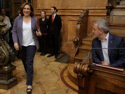 Colau entra a la última sesión del pleno del Ayuntamiento ante la mirada de Collboni.