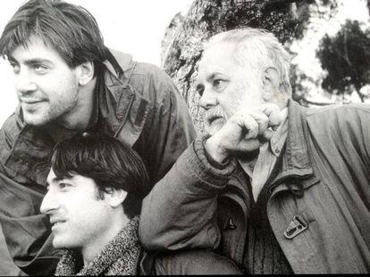 Javier Bardem, Carmelo Gómez y Gonzalo Suárez durante el rodaje de El detective y la muerte, en 1994.