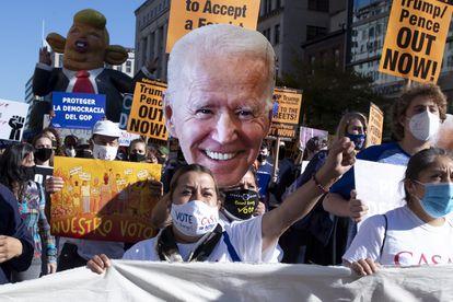 Un grupo de seguidores de Joe Biden celebra los resultados electorales este viernes en Washington.