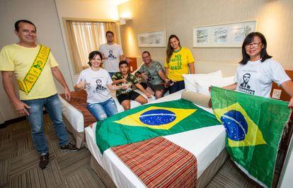 Los bolsonaristas Medeiros, segunda por la izquierda, y Mendez, tercero por la derecha, con su grupo en su hotel de Brasilia.