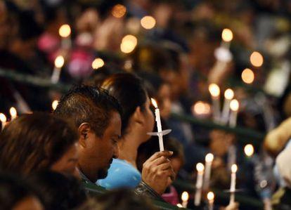 Asistentes a la vigilia por las víctimas del tiroteo, el jueves.