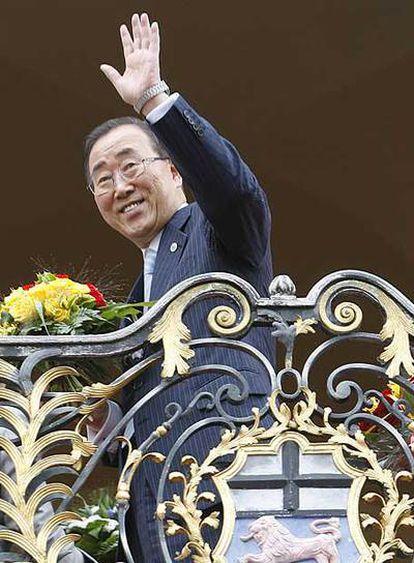 El secretario general de las Naciones Unidas saluda desde el balcón del Ayuntamiento de Bonn, en una visita a Alemania el 16 de julio.