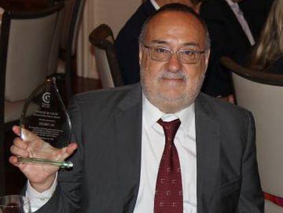 Alfredo Relaño sostiene el premio.