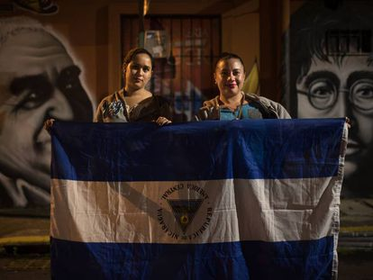 Xavi (i) y María huyeron a Costa Rica tras el ataque contra una barricada.