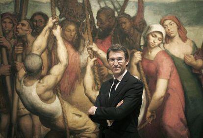 Alberto Núñez Feijóo, junto al cuadro 'A barca de Caronte' de Isaac Díaz Pardo. / ANXO IGLESIAS