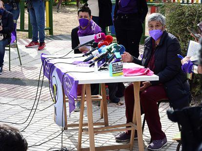 Las integrantes de la Comisión organizadora del 8-M Mercedes Ruiz Jiménez (d) y Arancha López Sánchez (i) durante la rueda de prensa organizada por el Movimiento Feminista este viernes en Madrid.