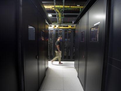 Un operario de Interxion, el lunes en el centro de datos MAD1, donde están alojados los servidores de los proveedores de contenido de internet.