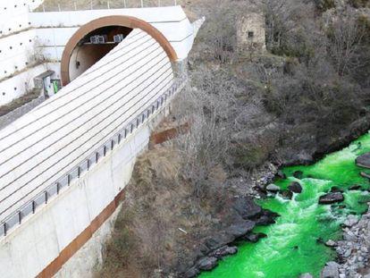 El río Valira de color verde.