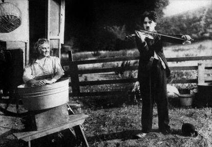 Charles Chaplin, en el campamento gitano de 'Charlot, bohemio (The Vagabond)' (1916).