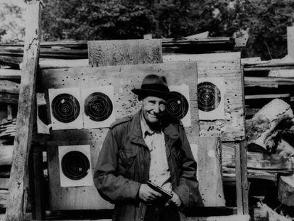 William S. Burroughs, fotografiado con una pistola y unas dianas de tiro al blanco, en una imagen sin datar.