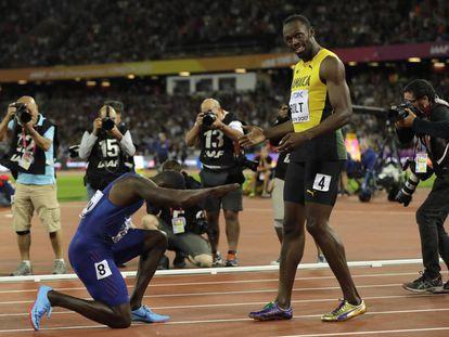 Gatlin se rinde ante Bolt tras ganarle en los 100m en el Mundial de Londres.