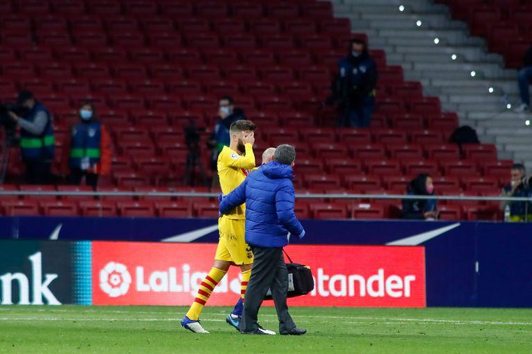 Piqué abandona el campo ante el Atlético tras el choque con Correa.