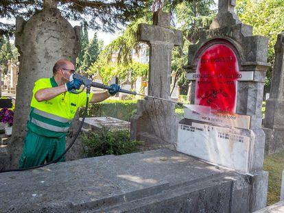 La lápida de la tumba de Fernando Buesa, el dirigente del PSE-EE asesinado por ETA en febrero de 2000, fue rociada con pintura roja durante la madrugada del jueves.