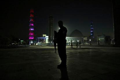 Un policía afgano ante la mezquita azul de Mazar-i-Sharif.