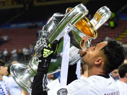 Keylor Navas besa el trofeo de la Champions League.