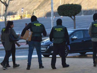 Agentes de la Guardia Civil en una intervención este viernes en Ceuta dentro de la macrooperación contra el narcotráfico y la inmigración ilegal.