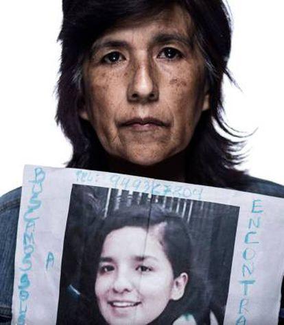 Rosario Aybar, madre de Solsiret Rodríguez, muestra un retrato de su hija.