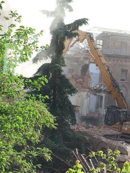 Derribo del edificio neomudéjar en la tarde de ayer.