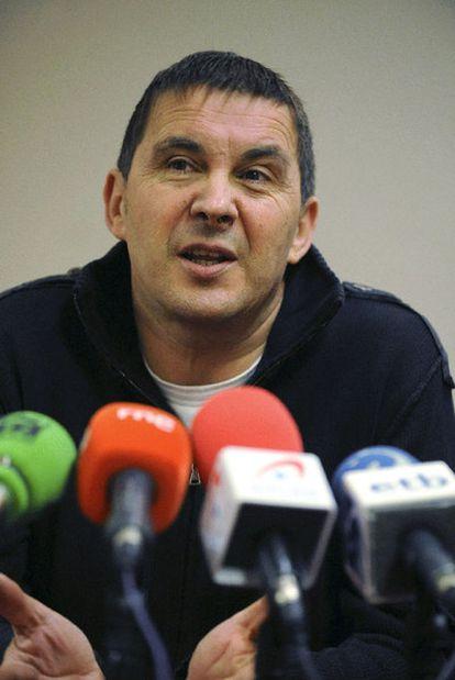 Arnaldo Otegi, en una rueda de prensa en San Sebastián en 2009.