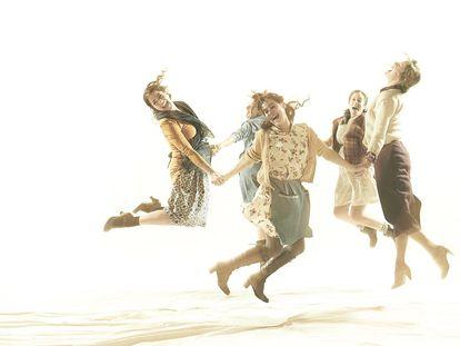 Una escena de Dansa d'agost que se representa en la sala Biblioteca de Catalunya.