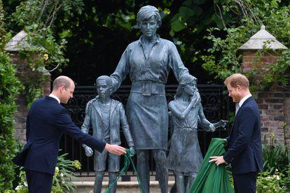 Guillermo y Enrique desvelan una estatua de su madre, la princesa Diana, en el que habría sido su 60º cumpleaños, en el palacio de Kensington, en Londres.