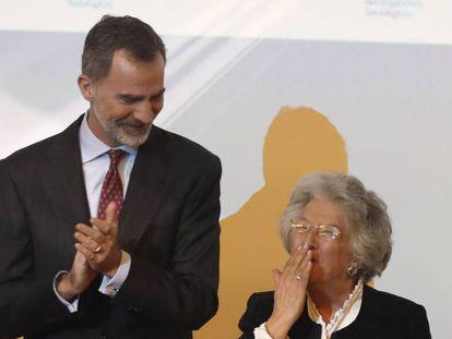 El rey Felipe tras entregar el Premio Nacional de Sociología y Ciencia Política 2018 a María Ángeles Durán, este martes en Madrid.