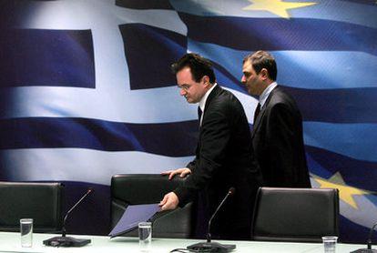 El ministro de Economía griego, Giorgios Papaconstantinos, durante la presentación de las nuevas medidas fiscales del Gobierno, este lunes en Atenas