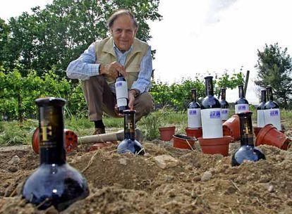 Carlos Falcó, marqués de Griñón, plantando botellas el pasado jueves en su finca El Rincón, de Aldea del Fresno, en Madrid.
