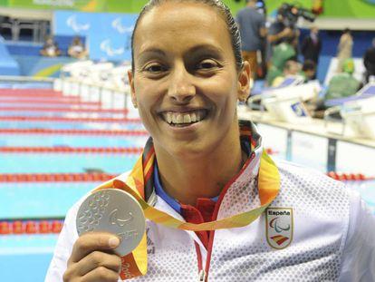 La atleta paralímpica Teresa Perales recibe la medalla de plata de la prueba de 200 metros libre.