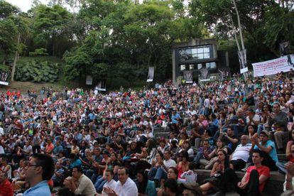 Asistentes al festival sentados al aire libre