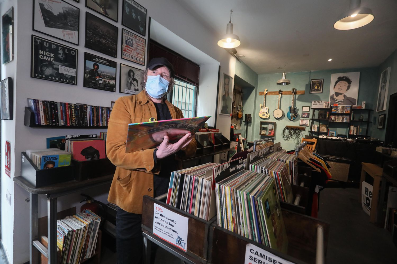Alfredo Álvarez, dueño de la tienda de discos Revolt, en la calle de Tribulete del barrio de Lavapiés.