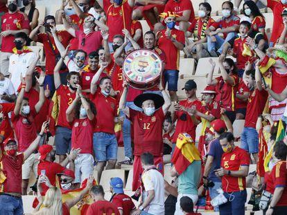 Aficionados españoles durante el España-Eslovaquia de la Eurocopa, disputado en el estadio de La Cartuja (Sevilla)