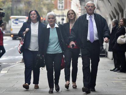 Los padres y hermana de la diputada laborista asesinada Jo Cox, llegan al tribunal de Justicia Old Baley para asistir al juicio.