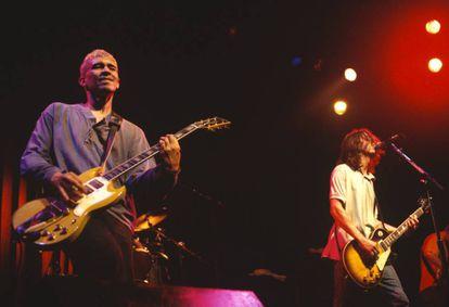 Pat Smear y Dave Grohl, miembros de Foo Fighters, actuando en 1995.