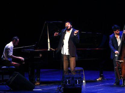 El cantante portugués Salvador Sobral durante el concierto en el Teatro Nuevo Apolo de Madrid.