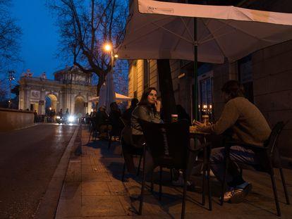 Una terraza llena anoche en la calle de Salustiano Olózaga, junto a la Puerta de Alcalá.