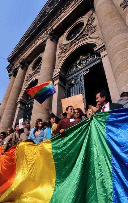 Militantes homosexuales celebran la aprobación del matrimonio gay en México DF el pasado diciembre.