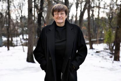 Katalin Karikó, pionera de las vacunas de ARN, en el jardín de su casa en Filadelfia, el 22 de diciembre.