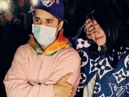 Justin Bieber junto a Billie Eilish este domingo en el concierto de Ariana Grande en el festival Coachella (California, Estados Unidos). En vídeo, el encuentro entre los dos artistas.
