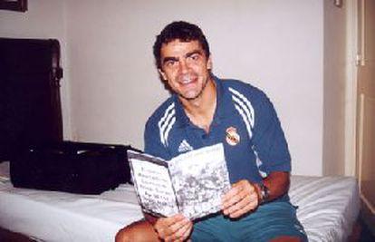 Sanchis posa en su habitación del hotel con el <i>fanzine</i> de <i>Ultras Sur</i> (foto tomada de la <i>web</i> de Ultras Sur.