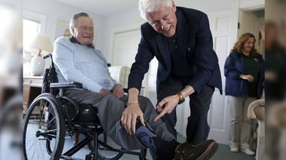 Los expresidentes George HW Bush y Bill Clinton.
